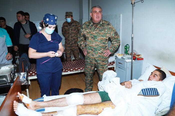 Արցախեան բանակի հրամանատարը այցելած է վիրաւորներուն