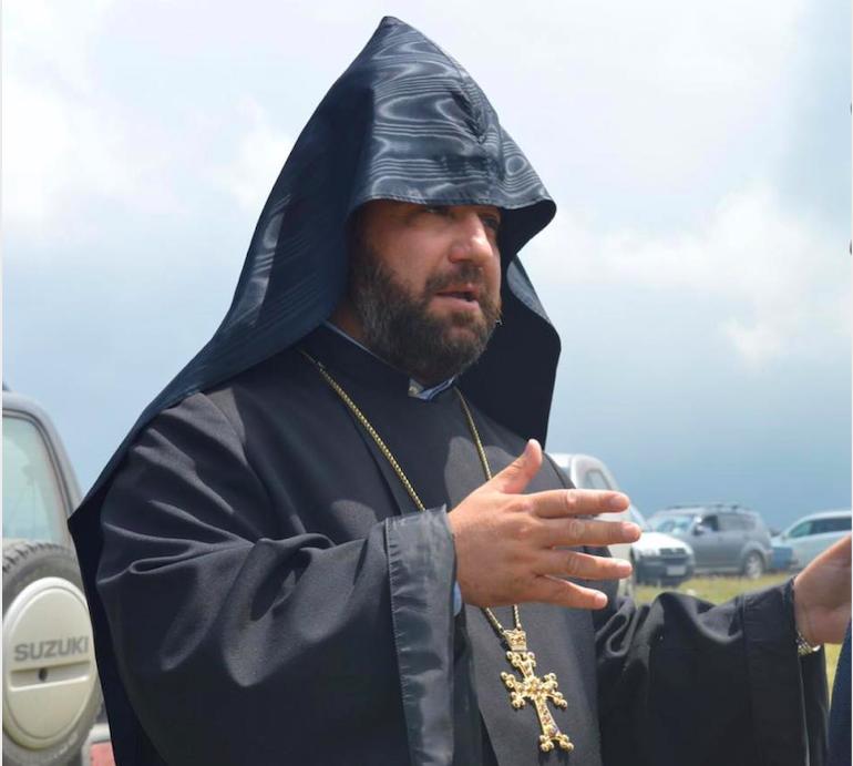 Հակառակ թուրք ոստիկանի  պնդումներուն  Հայր  Մաղաքիան  շարունակեց իր աղօթքը