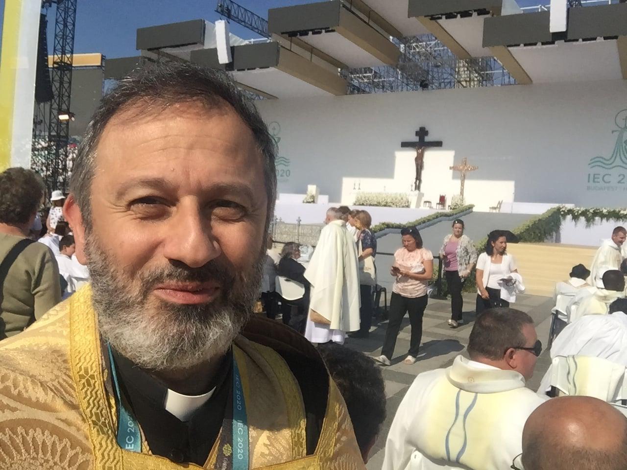 Հայ Կաթողիկէ Վարդապետը կը մասնակցի Պուտաբէշթի Սուրբ Հաղորդութեան համաժողին