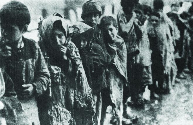 Որբանոց մտնելու իրենց հերթին սպասող երեխաներ (1919 թ., Ալեքսանդրապոլ)
