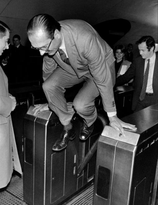Պարզ ու անմիջական Ժակ Շիրակը մետրոյում կարգ է խախտում՝ ցուցահանդեսից չուշանալու համար