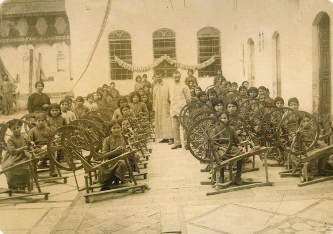 Որբերը ճախարակների առջեւ. Դամասկոս, 1920-ականներ