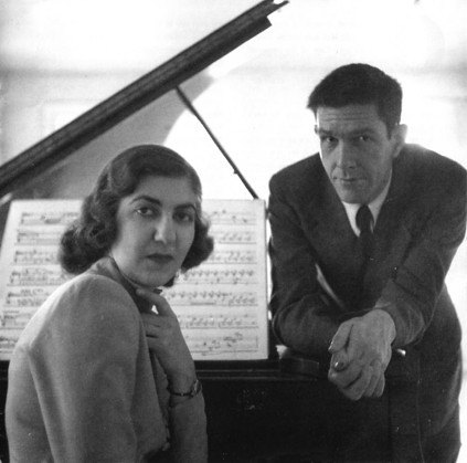 Նվագում է հայ նշանավոր դաշնակահարուհի Մարո Աճեմյանը. 1946 թ.